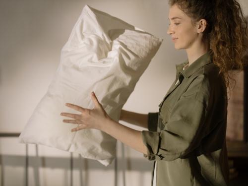 枕の最適な硬さは?寝心地を向上させる素材の選び方、おすすめ商品を紹介