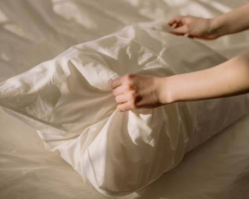 肩こりで眠れないときの対処法とは。枕の選び方とおすすめ商品も紹介