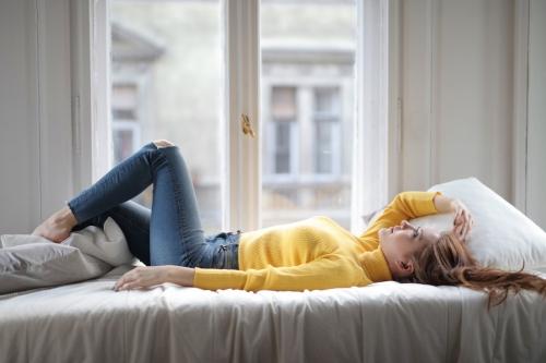 ベッドマットレスの硬さはどう選ぶべき?適切な硬さの見極め方とおすすめベッドを紹介