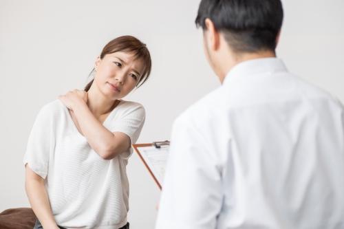 「寝違えて頭痛がつらい」NG行動、対処法、予防法を知ろう